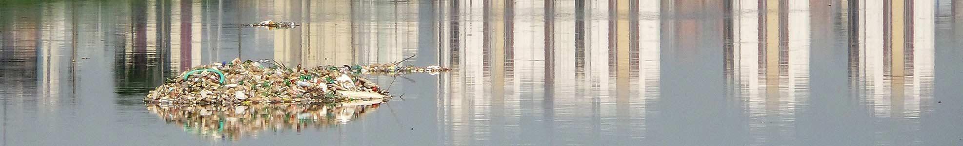 Floating debris containment boom
